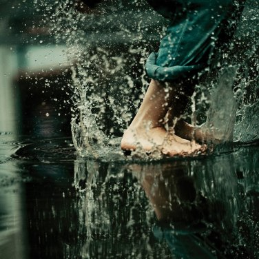saltando en el agua